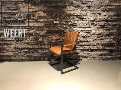 Eetkamerstoel Assen met arm in een cognac stoffen kleur op zwart metalen beugelpoot met een ruit sierstik op de rug en zitting