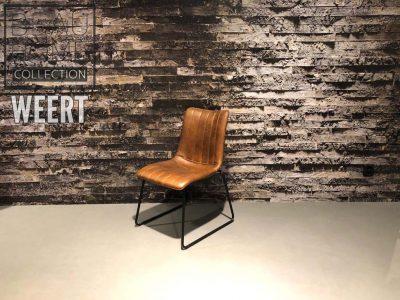 Eetkamerstoel Hoogeveen zonder arm in cognac stof op zwart metalen sledevoet met verticale stiksels