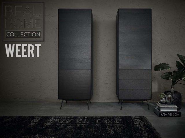 Boekenkast Leiden met 2 deuren en boekenkast met 1 deur en 3 lades in s6 silk lava kleur op zwart metalen poten met speakerdoek mogelijkheid sfeerfoto