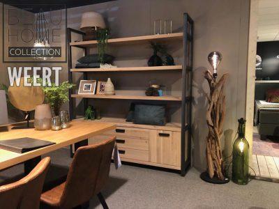 Boekenkast Deventer in licht eiken hout met zwart metalen randen en drie horizontale planken boven het onder dressoir