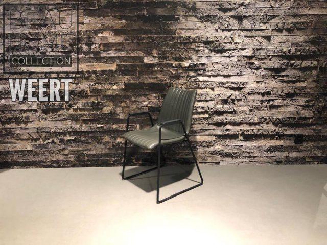 Eetkamerstoel Spijkenisse met zwart houten armleuningen in een antraciet lederlook stof op een zwart metalen dunne sledevoet