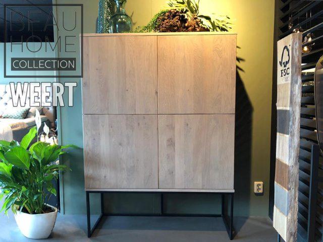 Opbergkast Weert met 4 strakke greeploze deuren op een zwart metalen frame in een silk corn eiken kleur