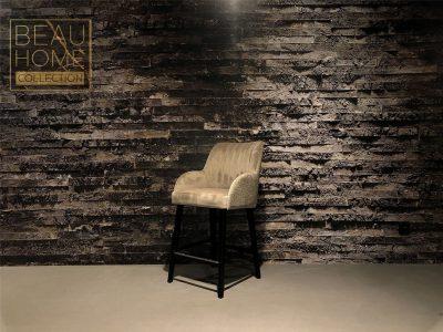 Schuin-aanzicht-beige-bar-kruk-velvet-retro-rug-op-zwarte-houten-onderstel