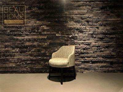 Schuin-aanzicht-beige-bloucé-stoel-op-zwart-houten-draai-onderstel