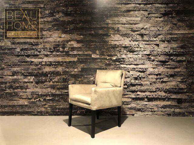 Schuin-aanzicht-beige-velvet-stoel-dikke-kussens-met-armleuning-op-zwart-houten-onderstel