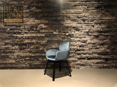 Schuin-aanzicht-blauwe-velvet-stoel-op-zwarte-houte-onderstel