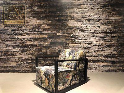 Schuin-aanzicht-blok-stoel-in-stof-met-safariprint-en-zwarte-houten-leuningen