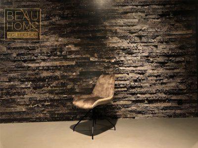 Schuin-aanzicht-goud-kleurig-velvet-stoel-op-zwarte-vierpoot