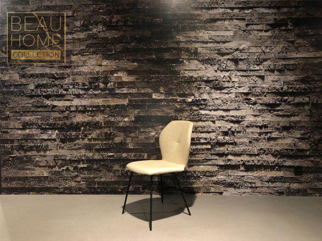 Schuin-aanzicht-licht-beige-eetkamerstoel-met-zwart-frame
