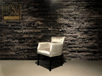Schuin-aanzicht-zilveren-velvet-stoel-met-armleuning-op-zwart-houten-onderstel (2)
