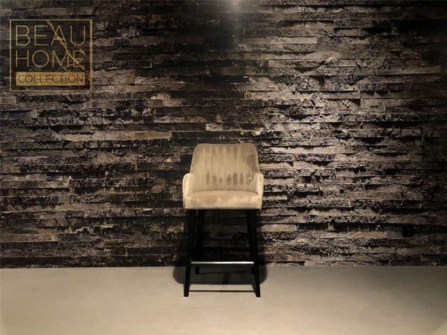 Voor-aanzicht-beige-bar-kruk-velvet-retro-rug-op-zwarte-houten-onderstel