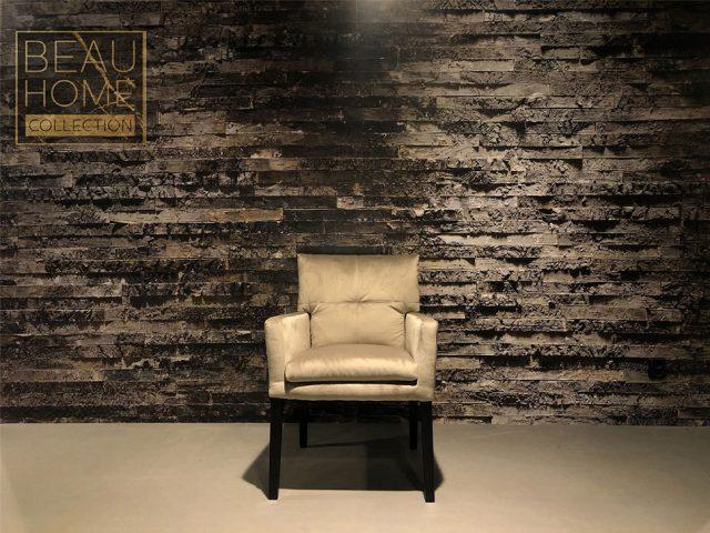 Voor-aanzicht-beige-velvet-stoel-dikke-kussens-met-armleuning-op-zwart-houten-onderstel