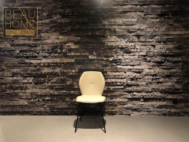 Voor-aanzicht-licht-beige-eetkamerstoel-met-zwart-frame