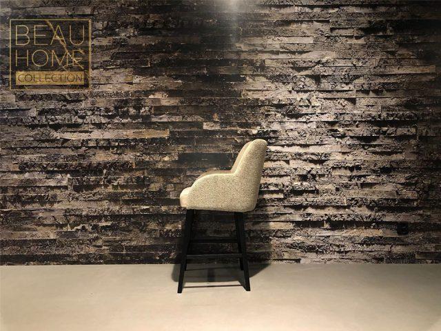 Zij-aanzicht-beige-bar-kruk-velvet-retro-rug-op-zwarte-houten-onderstel