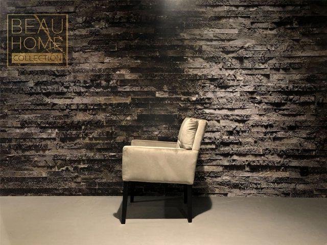 Zij-aanzicht-beige-velvet-stoel-dikke-kussens-met-armleuning-op-zwart-houten-onderstel