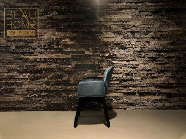 Voor-aanzicht-blauwe-velvet-stoel-op-zwarte-houte-onderstel